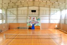 Спорткомплекс / Спортивно-оздоровительный центр парк-отеля «Воздвиженское» включает:  Специализированные крытые площадки для мини-футбола, волейбола, баскетбола.  Футбольное поле на открытом воздухе 45м*90м    Фитобар, где можно провести время в перерывах между занятиями: приятная музыка, чай, напитки.  Также к услугам гостей: Тренажеры; Массаж; Сауна с гималайской солью; Финская баня;