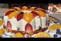 pastel de queso crema con frutas rellenas.