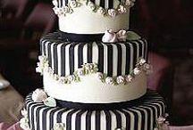 BLACK & WHITE / Biel sukni, czerń garnituru. Może cały ślub wraz z weselem w tonacji i kontraście czerni z bielą? Klasyczne połączenie kolorów nigdy nie wychodzi z mody i zawsze jest eleganckie.