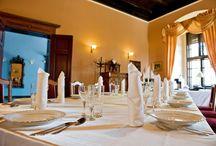 """Zamek Dobra /  Dzień zaślubin i wesela, to jeden z najpiękniejszych dni w życiu, dlatego też, chcąc spełnić marzenia Młodej Pary o idealnym przyjęciu, zapraszamy do zorganizowania tej uroczystości w naszym Zamku.  Zamek zapewnia idealny plener na tak wyjątkową uroczystość, jak również tak ważne weselne zdjęcia.   W pakiecie dla młodej pary, oferujemy przepiękny Apartament Nowożeńców, wraz ze śniadaniem """"do łóżka"""".  Dla gości weselnych, pokoje w promocyjnych cenach.  Zapraszamy!"""