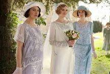 *Mariage thème teatime à l'anglaise* / Les années 30, un mariage esprit tea time dans un jardin à l'anglaise. Des couleurs pastels: rose, bleu, mauve. De la dentelle, des broderies, un service à thé, de l'argenté, des chandeliers, des miroirs,...