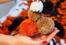 Помпоны | Шерстяные шарики разных размеров и цветов / Из чего сделаны шкуры? Из круглых шерстяных помпонов. Хотите рассмотреть поближе? Каждый помпон изготавливается вручную из пряжи. Как видите, помпоны бывают разных размеров и цветов.
