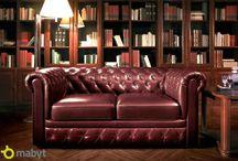 Coletta - pohovka s anglickým šarmem / Sklenice dobré brandy, doutník a staré knihy vázané v kůži. Tenhle skvostná kolekce nábytku Coletta dokonale vytváří atmosféru typického pánského klubu anglických byznysmenů. Více na http://goo.gl/Omt4sN