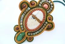 Soutache 1 / Soutache adalah sejenis tali pita yang banyak digunakan di negara Eropa untuk menghias seragam militer. Kelas ini mengajarkan kombinasi dari teknik cabochon embroidery dan soutache untuk membuat perhiasaan Durasi belajar : 2 kali pertemuan @ (3 - 4 jam) Jumlah project : 2 , pilih antara kalung dan pendant/bros  Biaya : Rp 600.000  Biaya mencakupi : 1. Soutache braid x 4 (bebas warna) 2. Seed beads x 6 (bebas warna dan bentuk)  3. Stiff stuff 4.Suede backing dan peniti *Bawa beading mat