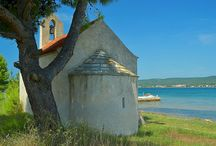*Sv. Filip i Jakov* / Picturesque town of Sv. Filip i Jakov lies on the shores of Pašman Channel and is surrounded by the historic town of Zadar and royal town of Biograd.