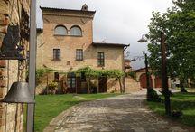 B&B Biribino / Antico convento ed elegante residenza rurale, situato al confine tra l'Umbria e la Toscana, Il Biribino è una base ideale per visitare le maggiori città d'arte delle due regioni. Dotato di suite con piscina, il casale è valorizzata nel suo ambiente.