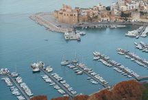 Sicilia - cea mai mare insulă din Marea Mediterană / Printre farmece nenumărate ale insulei Sicilia, putem enumera: mirosul de lămâi mereu prezent, piețele colorate din Palermo, istoria care se ascunde întotdeauna la fiecare colț, strălucirea străzilor Ortygia și Marsala, aromele exotice ale preparatelor siciliene și amabilitatea oamenilor săi.