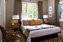 janela acima da cama