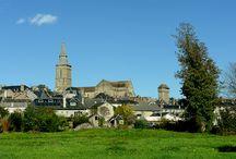 La Souterraine / La Souterraine, village étape, situé dans le département de la Creuse en région Limousin. Bâtie à l'emplacement d'une villa gallo-romaine, La Souterraine a conservé plusieurs témoins de ses fortifications du Moyen Âge dont, près de l'église, la porte Saint-Jean appelée aussi porte de Breith ou porte Notre-Dame. Édifiée aux XIIIe et XVe siècles, elle est ornée de deux tourelles en encorbellement, de créneaux et de mâchicoulis.