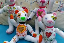 Teddy Bears Mini - Tattoo Collection / GSBears Teddy Bears collection, handmade with antique linen and embroidered with colorful thread and funcy accessories. They symbolize different emotions related with love: passion, romantic, true love, etc....