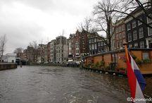 Amsterdam / Il ritratto di Amsterdam è tratteggiato dai suoi 165 canali. Il suo profilo urbano fatto di casette colorate, strette e lunghe, si riflette nelle acque dei suoi canali come in un quadro impressionista, per questo la bellezza di Amsterdam è strettamente legata ai grachten, ovvero il labirinto di canali che rappresenta il carattere distintivo della capitale olandese.  http://www.2giromondo.it/2015/02/postcard-from-amsterdam.html