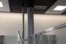 Techos Técnicos / Los laboratorios e instalaciones científicas son implantaciones complejas en las que conviven numerosos sistemas y productos. En ocasiones la falta de diálogo entre estos parámetros conlleva a falta de flexibilidad y a carencias en la calidad de uso. Estas carencias ponen de manifiesto la necesidad de una solución que sirva como elemento unificado de todos los elementos que forman parte de los laboratorios.