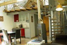 """Chambre d'hotes """"Vacances en Famille"""" en Aveyron / Cette chambre d'hotes de charme a été réalisée à partir de meubles et d'objets chinés à travers le monde.  Cette chambre à la vue imprenable sur le jardin et les Causses possède une surface de 45 m2, elle comprend un lit en 180 cm, une salle de bain indépendante avec une grande douche et un WC séparé.   Elle possède une vue imprenable sur la cour  et les causses."""