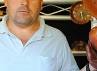 """Torneros de Madera. Artesanía de Tenerife / José Luis Santos Trujillo, artesano-tornero: """"Lo que un día comenzó siendo una afición se ha convertido en mi profesión y mi pasión"""".  Rafael Saigí, es un autodidacta tardío del torneado de la madera, oficio en el que se inició a los 40 años. Nada en especial le introdujo en este noble oficio, """"simplemente un día vi un torno en el escaparate de una ferretería y lo compré, desde entonces comencé a aprender a tornear solo, por pura afición y pasión""""."""