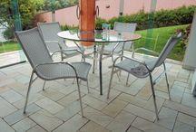 Linha Tunca / Composta por conjunto de mesa e cadeiras e espreguiçadeira a linha Tunca possui linhas simples e essenciais sem perder o aconchego e a usabilidade das peças.