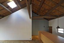 Colissimo (Renovation Gallery) / 丹波篠山、立杭焼の窯元が多く集まるエリアに近い「今田(こんだ)」。この地に1943年に建てられた小さな木造2階建ての郵便局舎があった。1990年に新局舎に業務移転してから約20年間、年月とともに朽ちるがままになっていたものだ。ここに新しい光と命を吹き込んだのがギャラリー・カフェ「colissimo」だ。  場所の記憶を引き継ぐため、リノベーションにあたってはできるだけ手を加えないことにした。白いペンキの剥げた外観や、郵便局時代の面影の残るカウンターや懐かしいマークなどをそのままに残している。  廃墟同然だった1階住居棟と2階は手を入れる必要があったため、アンティークのドアやスイッチをバランスよく配置した。和と洋、新と旧が交じり合って織りなす「懐かしくて新しい」空間が主張しすぎない静かな世界観を創り出す。あえて残した余白が空間にゆとりをもたらす。ていねいに改修したディティールの積み重ねによって、独特の心地よさが生まれる。  大量生産・消費されていくものではなく、100年先までも愛され残っていく「もの」や「こと」を届けたい。この場所だからこそ伝わるものを意識して改修した。