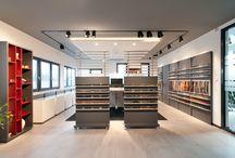 """SHOP & SHOWROOM / Die perfekte Waren- und Leistungspräsentation in einem ansprechend gestalteten Umfeld ist der Schlüssel für Ihren Verkaufserfolg. Ganz nach ihren Wünschen und räumlichen Möglichkeiten inszenieren wir maßgeschneiderte Ausstellungs- und Verkaufsflächen, Messestände oder """"shop-in-shop""""- Systeme für unterschiedlichste Branchen. Dank integrierter multimedialer Präsentationstechnik schaffen wir individuelle Erlebnisräume als Basis für Ihre guten Geschäfte."""