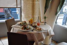Le Brunch Gourmet, signé un Dimanche à Paris / - Flûte de Champagne/ Verre de vin/ Jus de fruits Alain Milliat - Chocolat chaud/ café/ thé - Salade de fruits frais  - Yaourt - Foie gras épicé au chocolat pur Vénézuela - Club sandwich saumon crevettes - Asperges & oeufs pochés - Agneau aux fruits secs - Madeleine; mini-chou praliné & tranche de cake - Les tartines Un Dimanche à Paris (Pain Poilâne; beurre Bordier, copeaux de chocolat noir) - Baguette