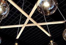 No.37 hanglamp a-symmetrie / Is-ie nou symmetrisch of niet? Over het ontwerp van deze kroonluchter nieuwe stijl is lang nagedacht: met precisie zijn de latten zo uitgefreesd en samengevoegd dat ze elkaar om en om overlappen. Zo geven ze elkaar steun en vormen ze een vloeiend en toch ook strak geheel. De hoeken tussen de lichtbronnen zijn nét niet overal gelijk, maar de lamp is toch symmetrisch, zodat hij speels en geordend tegelijk oogt.