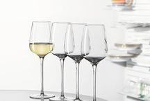 Weingläser / Du liebst die Vielfalt und den Geschmack von richtig guten Weinen? Du lädst gerne Freude und Familie ein und bist die perfekte Gastgeberin? Zum perfekten Weingenuss und einem stilvoll gedeckten Tisch gehört auch das richtige Glas. Wir zeigen dir, wie du mit unseren Kristallgläsern zur trendigen Weinexpertin wirst.