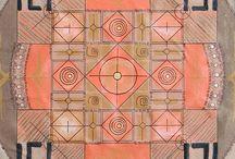 Mandalas - Regina Gouvea / São objetos- linguagem com a técnica de assemblage utilizando materiais diversos sobre o papel. Todas tem textos poéticos e grafismo indígena.