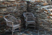 Wykorzystanie kamieni naturalnych przy projektowaniu i urządzaniu ogrodów. / Zaprojektowaliśmy w wielu ogrodach elementy z kamieni naturalnych. Wykonaliśmy wiele realizacji murków oporowych, kaskad wodnych, strumyków, ścieżek, schodów ogrodowych. Jest mnóstwo rodzajów kamieni naturalnych, które można wykorzystywać w kompozycjach ogrodowych. Wprowadzają one naturalny klimat w ogrodzie, wykonane z nich elementy są bardzo trwałe i praktycznie bezobsługowe.