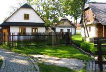 Lidová architektura východních Čech / Jedním z nejoblíbenějších míst východních Čech je Soubor lidových staveb Vysočina, kterému se neřekne jinak než Skanzen Veselý Kopec. Jedná se o výjimečné místo s atmosférou dávných dob - tak, jak ji známe například z obrázků slavného českého malíře Josefa Lady. Naleznete zde soubor převážně roubených domků, které pocházejí z druhé poloviny 18. století a již několik let je tato oblast prohlášena památkovou rezervací lidové architektury.