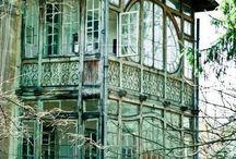 krystallslott-drømmer / Huset med den blinde glassverandaen, utsikten fra vinduet i drømmens rom, en engel ved min side, fløyels-ruiner, fugler så stille, blomster som tindrer, morgengry, konkylier, poesi som hvisker - og lyset som faller....
