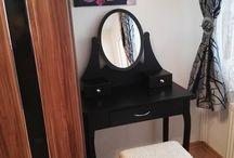Toaletné stolíky / Povýšte svoj každodenný skrášľovací rituál na udalosť! Praktické a elegantné toaletné stolíky vám pomôžu v organizácií kozmetických produktov a vytvoria vašu osobnú zónu. Toaletné stolíky nie sú určené len pre kráľovné a filmové hviezdy, s našimi vynikajúcimi cenami si môžete sen o tomto krásnom kuse nábytku splniť i vy. Vyberte si z našich vintage modelov a vychutnajte si chvíle, ktoré sú len a len vaše!