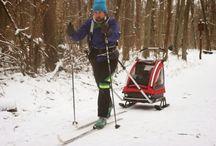 Przyczepki narciarskie / Zimą przyczepki rowerowe zmieniają się w przyczepki do uprawiania narciarstwa biegowego. Dzięki temu możemy zarażać swoją sportową pasją również małe dzieci. Może wyrosną z nich następcy Justyna Kowalczyk!