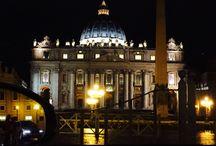 Roma / Roma non è la città più bella del mondo. La città più bella del mondo è il mondo stesso. Roma è uno stato d'animo, un modo d'essere. D'essere vivi, svegli, completamente predisposti a socializzare con chiunque ti consigli un abbacchio a scottadito o la scorciatoia per raggiungere casa nuova. Roma è storia, storia di ieri, di oggi e di domani. Vivi 24 ore su 24 nel museo più bello del mondo. Servono pochi minuti per sentirti a casa, ma non bastano anni per smettere di essere un turista. (F.)
