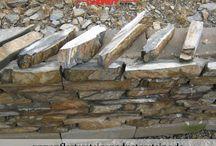 Fassadensteine / Naturstein für Fassade / Fassadenverkleidung / Fassadensteine bzw. Natursteine für Fassaden gehören zu einem sehr breiten Thema, weil man auch hier sehr viele Varianten hat… Platten, Verblender, Steinriemche, Klinker aus Granit, Schiefer, Sandstein, Serpentin usw. Solche Erzeugnisse werden aus unterschiedlichen Natursteinen hergestellt. Es gibt hier rohe, gesägte, gesägt-gespaltene, bossierte Fassadensteine… und vieles mehr…