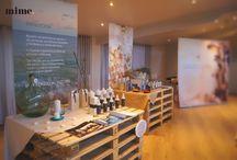 """Showroom """"Secretos del Agua"""" / Showroom de Secretos del Agua, marca de productos naturales de peluquería, celebrado en nuestro Salón Miravalles. El evento salió a la perfección y la decoración del salón y de los escaparates de producto, realizada por Mime Estudio, fue maravillosa."""