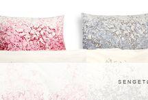 Kurage Shop / Kurage Living accessories i enkelt  design med et originalt udtryk. Kollektionen omfatter sengetøj, sengetæpper, puder, puffer, tæpper, duge, dækkeservietter, viskestykker, forklæder og porcelæn.