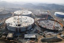 Z cyklu ULMA na świecie: zespół zbiorników na wodę w Arabii Saud. / W Arabii Saudyjskiej powstaje strategiczny zespół zbiorników na wodę Briman o pojemności 1,5 mln m3. Inwestycja obejmuje 8 zbiorników o średnicy 120 m, wysokości 18 m i grubości ścian 0,7 m. ULMA Construcción dostarcza sprzęt na tę budowę: system dźwigarkowy ENKOFORM V-100 oraz system konsol wznoszących CR-250.