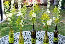Konfirmation ♥ Blomster inspiration / Få noget ud af din fars brugte rødvinsflasker, genbrug din bedstemors tekopper, eller udnyt din mors vinglas. Anderledes blomster dekorationer til din konfirmation.