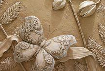 Stucchi e dipinti su muro