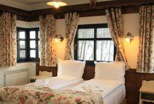 Charming Vista Room 7 | Brătescu Mansion / O fermecătoare cameră rustică, cu ferestre pe trei laturi şi o atmosferă romantică. Te vei simţi aici ca în inima Transilvaniei, într-o superbă cameră tradiţională. Mobilierul pictat de la baie este în pur stil transilvănean completând minunat stilul general. Deasupra patului, de jur-împrejur se află o poliţă ţărănească cu obiecte rustice autentice.