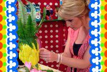 Fruitige knutsels knutselen / De knutselzussen Mascha en Anouk maken hele zomerse knutsels. Mascha gaat aan de slag met een ananas-lamp. Anouk die zorgt ervoor dat er geen vliegen of wespen in je glas komen! Check youtube.com/knutseltv voor de video!