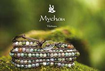 """Mychau Made in Vietnam / Mychau, il gioiello tradizionale vietnamita prodotto nella colorita regione di """"Bac Ha"""" nel nord del paese. Mychau è un nome femminile che in lingua Viet significa """"grande"""". L'aggettivo però non si riferisce a dimensioni fisiche, ma alla grandezza spirituale di chi è predestinato a portare questo nome. Nella cultura vietnamita il gioiello viene offerto a chi compie o è chiamato a fare qualcosa di rilevante o a chi rappresenta qualcosa di grande per qualcuno."""