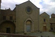 Lucignano / Lucignano is een klein middeleeuws dorpje dat nog volledig ommuurd is en daardoor zijn uniek karakter behouden heeft.