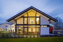 MODUM 8:10 in Wuppertal / Daten und Fakten:      Baujahr: 2013     Format: HUF Haus MODUM     Grundriss: 8:10 (12,48 m x 10,08 m)     Farbe: Ebenholz     Dachneigung: 30°     Wohnfläche gesamt: 179.41 m²   Ausstattungsmerkmale:      Erker     bedarfsgesteuerte Lüftung     Fußbodenheizung Luft-Wasser-Wärmepumpe     KNX-System     großzügige Deckenöffnungen     komplette StilART Möbelausstattung