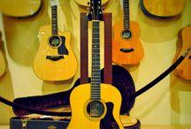 Guitarras acústicas / La guitarra acústica es junto a la guitarra eléctrica uno de los más populares instrumentos musicales de nuestra época. Este instrumento ya tiene una historia de 200 años y muchos detalles relativos a su construcción son tan antiguos como el instrumento en sí.