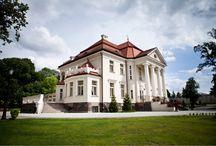 Tłokinia - Pałac / Pałac Tłokinia, którego budowę ukończono w 1919 roku, znajduje się w dawnym majątku należącym od 1844 roku do Zofii i Ignacego Chrystowskich.  Ignacy zmarł w 1938 roku. Natomiast Zofia została wygnana z Tłokini podczas II wojny światowej, gdy majątek został zajęty przez okupanta. W 2010 roku pałac przeszedł w ręce nowych właścicieli. Obecnie jest to hotel.