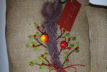 Vyšívání hedvábnými stužkami / Vánoční dekorace - srdíčka s červenými korálky