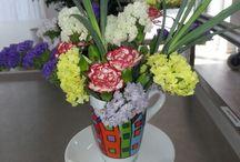 bloemschikken met kop en schotels
