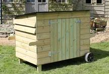 Handy 15 Hen House / A large, practical, timber chicken house with wheels to make it moveable.