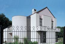 Decofor - elegantný drôtený panelový plot / Pevný panelový drôt s elegantným dizajnom. Je vhodný ako alternatíva za drahší kovaný plot. Farebné prevedenie plotu: Čierna a je možné si vybrať aj zelenú a bielu. Doporučujeme ju k vilám, rodinným domom, alebo na verejné priestranstvá, napríklad parky v centre obcí a miest.