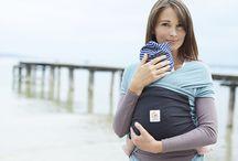 Ergobaby / A Ergobaby foi concebida a partir das necessidades de uma só mãe, Karin Frost decidiu pôr mãos ao trabalho e criar o melhor método para transportar o seu bebé com ela. A sua visão era construir uma solução para transportar o bebé que lhe desse suporte ao desenvolvimento da coluna enquanto o peso do bebé se distribuía pelas ancas e ombros, aliviando o stress nas costas e pescoço. Em 2003 a sua visão tornou-se realidade! | Disponível em www.rebento.pt