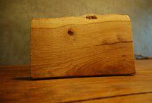 Met de hand gemaakt door Knoest / Knoest heeft wat met het hout. We maken van onze zelfomgezaagde stammen uit tuinen allerlei producten: van tafel tot raamhanger en van ontbijtplankje tot een grote dienbladplank.
